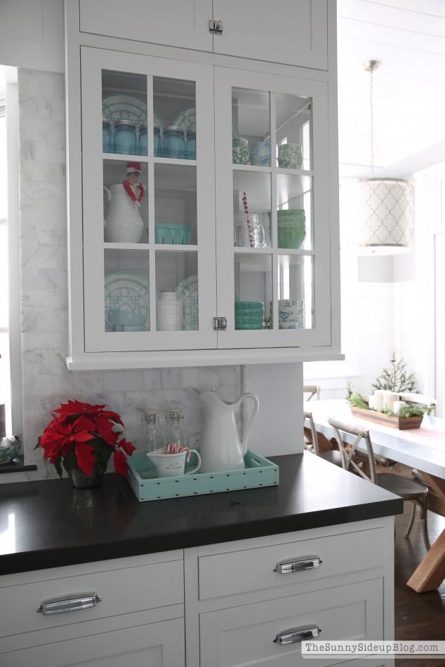 christmas-kitchen-shelf-decor