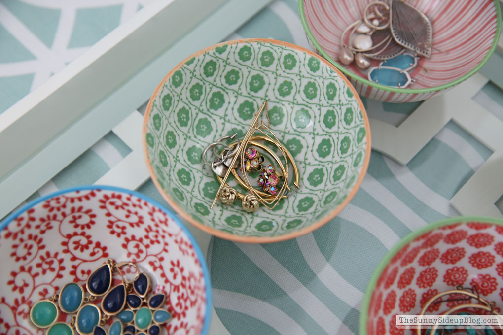 organized-earrings-in-bowls