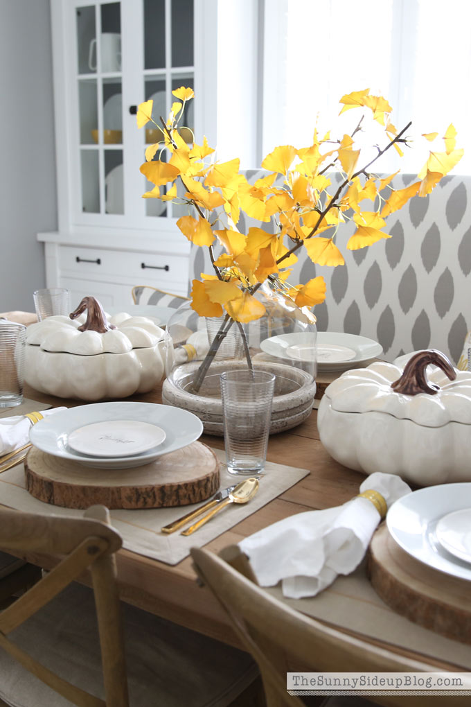 Simple, Neutral Thanksgiving Tablescape