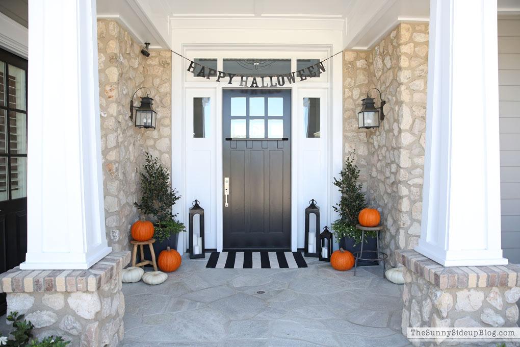 craftsman-porch-with-halloween-decor