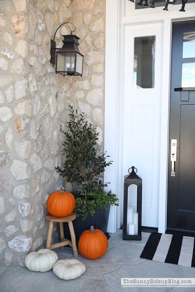 happy-halloween-porch-decor