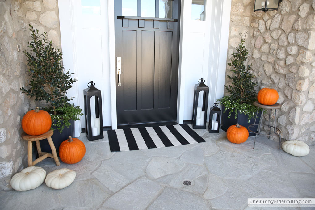 layer-pumpkins-on-stools-for-front-porch-fall-decorating