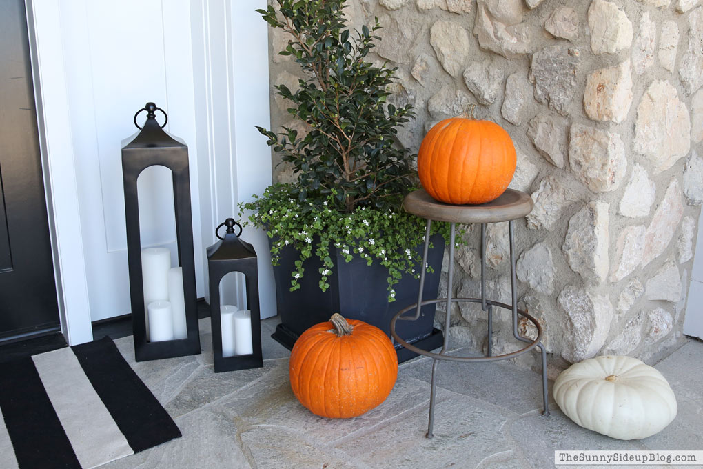 stacked-pumpkins-on-the-porch