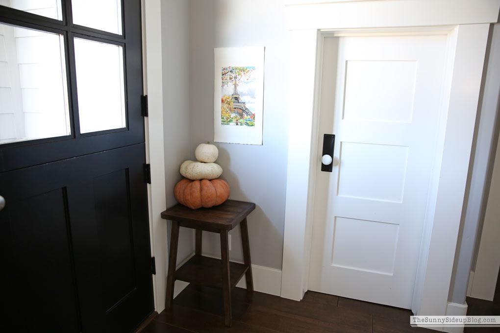fall-pumpkin-table-display-dutch-door